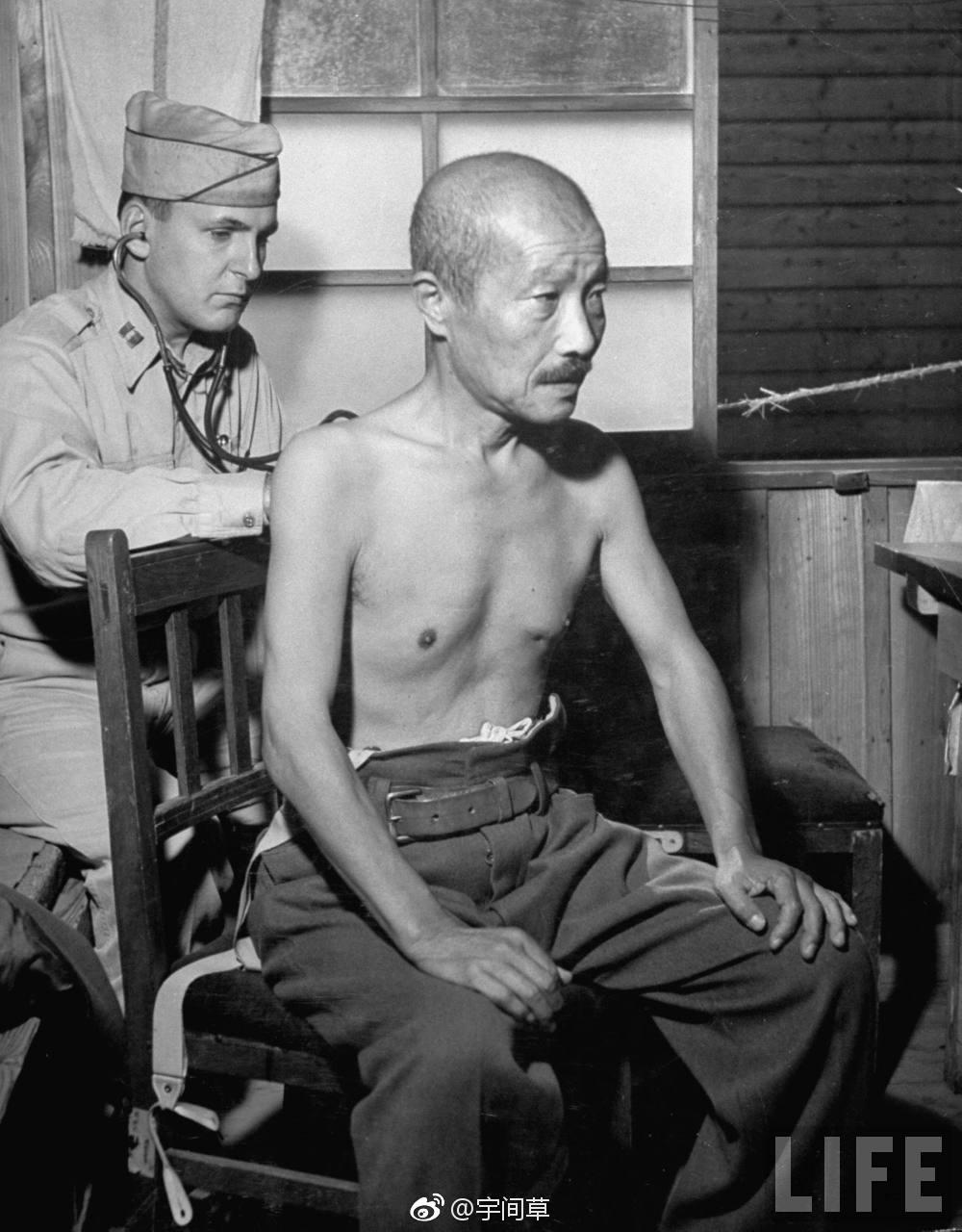 甲级战犯东条英机最后时刻:图5美军给他检查身体,图9被绞死瞬间